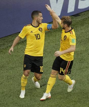 Dries Mertens (rechts) ist Hazards erster Gratulant zu dessen Treffer zum 2:0-Endstand.