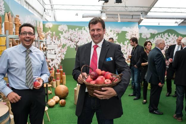 Gesundes Geschenk: OK-Mitglied Daniel John verteilt Äpfel.