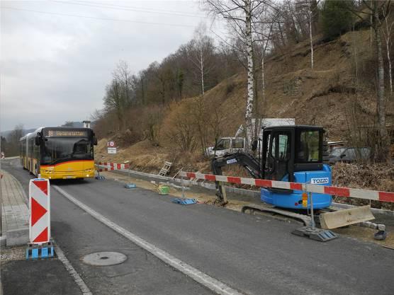 In Wegenstetten wird der Verkehr während der Bauarbeiten einspurig geführt, eine Lichtsignalanlage ist im Einsatz.