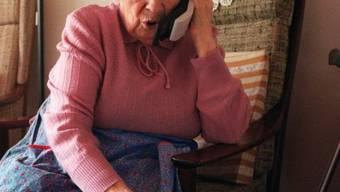 Die dreisten Betrüger üben per Telefon Druck auf die Senioren aus und verlangen Geld oder Schmuck. (Symbolbild)