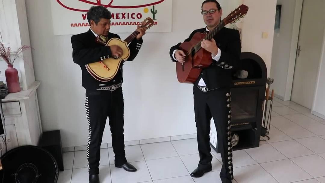 """Daniel Rocabado (links) aus Teufenthal tritt als Mariachi auf und singt mit Alejandro Villamar """"Esa Tuna"""""""