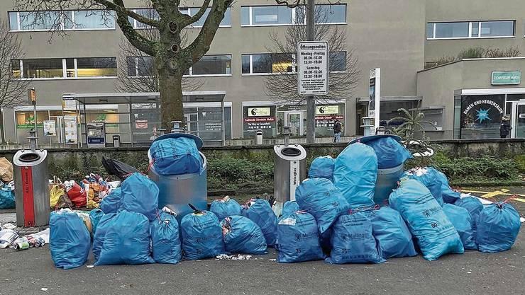 «Die Disziplin der Leute lässt zu wünschen übrig», sagt Mellingens Gemeinderat Roger Fessler zur Situation bei der Abfallsammelstelle beim Lindenplatz.