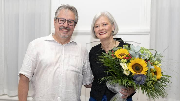 Beat Flach übergibt Doris Aebi den Blumenstrauss zur Nommination als Regierungsratskandidatin. Aufgenommen am 9. August in Baden