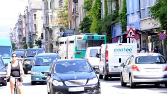 Mit derStrasseninitiative sollte an der Feldbergstrasse eine Spur nur für Busse und Velos genutzt werden. (Archiv)