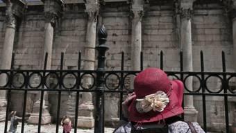 Touristen besuchen die Hadriansbibliothek in Athen (Symbolbild)