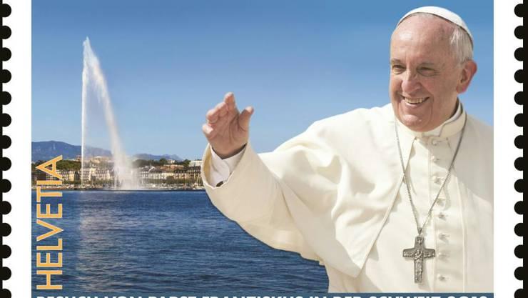 Die Ereignismarke zeigt den winkenden Papst Franziskus vor dem Springbrunnen Jet d'eau von Genf.