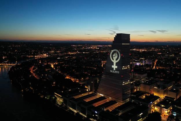 Dieses Motiv geht in die Annalen ein: Das am Vorabend auf den Roche-Turm projizierte Logo des Frauenstreiks, aufgenommen per Drohne.