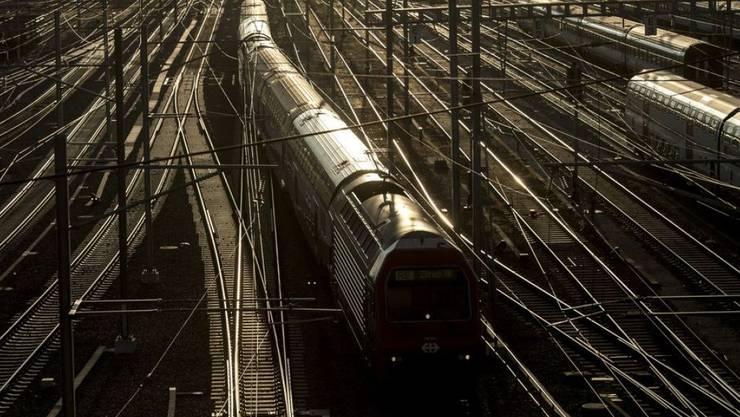 Die Bahn verzeichnete in der Periode 2010-2016 von allen Verkehrsmitteln den höchsten Kostenanstieg. Dennoch ist der auf der Schiene zurückgelegte Personenkilometer der preisgünstigste - abgesehen vom Flugkilometer. (Symbolbild)