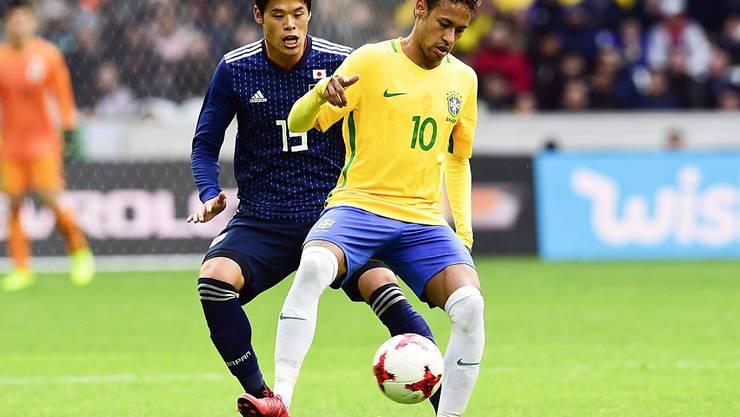 Neymar beschäftigt die japanische Hintermannschaft (im Bild der Marseille-Profi Hiroki Sakai)