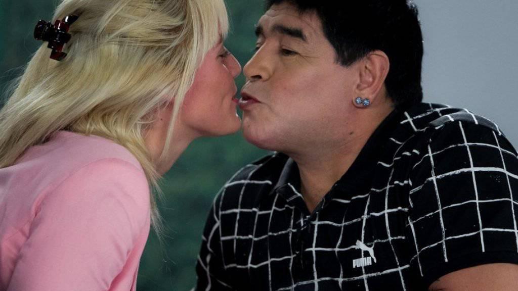 Nun bleibt es nicht beim Kuss: Diego Maradona heiratet seine Freundin Rocio Oliva (Archiv)