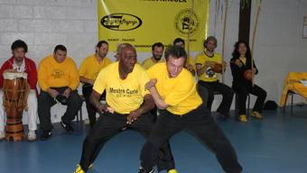 Mestre Curió in Aktion: Unverhofft hüpft er hinter seinen Gegner. zvg