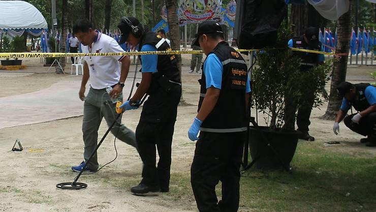 Bombenexperten untersuchen den Anschlagsort bei Patong Beach auf in der Provinz Phuket. Noch hat die Justiz keinen mutmasslichen Bombenleger festgenommen.