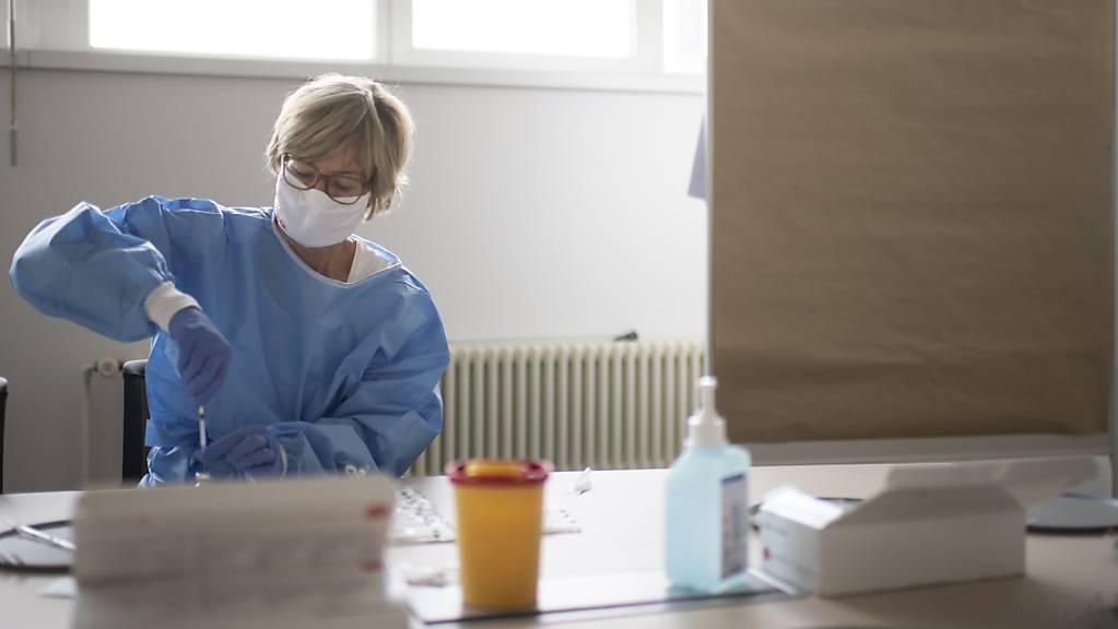 Eine Medizinische Praxisassistentin bereitet Impfdosen vor. (Themenbild)
