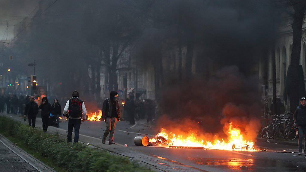 Vermummte Linksextreme lieferten sich in Leipzig eine Strassenschlacht mit Polizisten. Anlass des linken Aufmarschs war eine Neonazi-Demonstration.