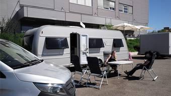 Mela und Santino warten vor ihrem Wohnwagen auf die Entscheidung des Kantons. Müssen sie bald weiterziehen oder können sie den Frühling am Rhein verbringen?