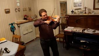 Die Geige hat Ferdinand Weissenbach von klein auf begleitet, auch heute übt er regelmässig im Musikzimmer. Dominic Kobelt