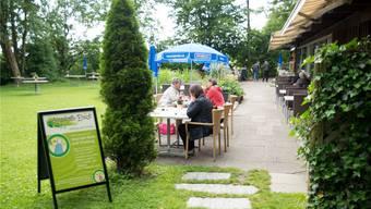 Auf der Baldegg – zwischen Restaurant und Wasserturm – liegt die idyllische Wiese bei der Liegehalle.
