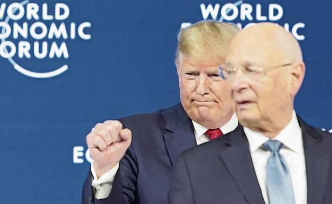 Nach seiner Rede, die gespickt war mit Eigenlob, zeigt Trump seine typischen Gesten: die geballte Faust und den hochgereckten Daumen.
