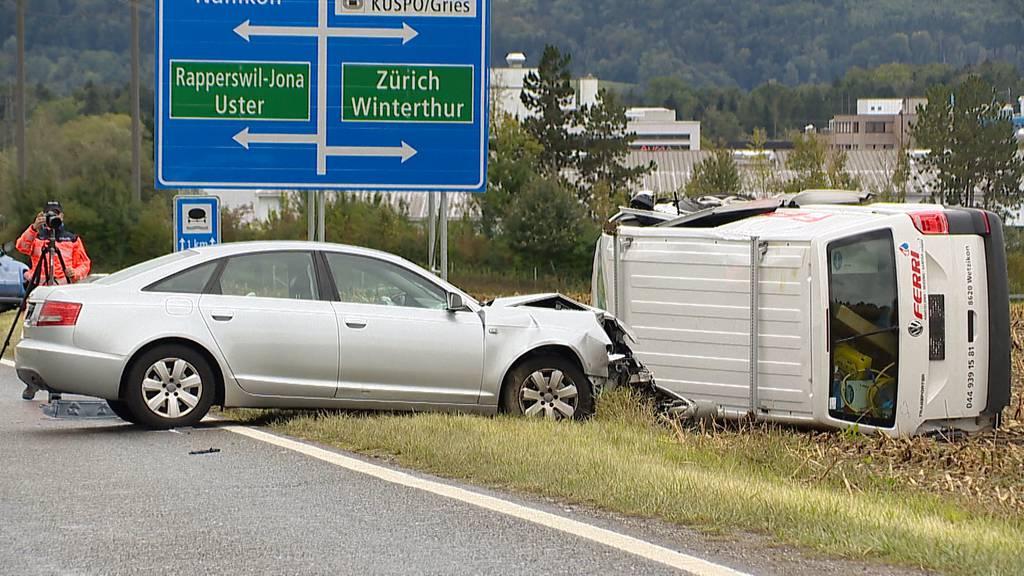 Volketswil: Lieferwagen überschlägt sich nach Kollision – zwei Schwerverletzte