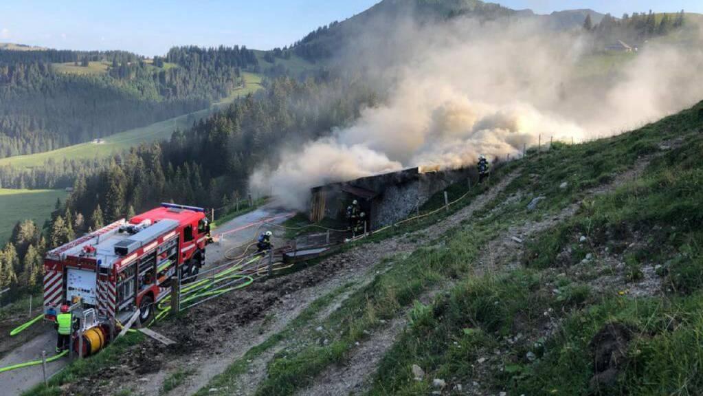 Die Feuerwehr bekämpft den Brand in der Alphütte Joux Verte Dessus.