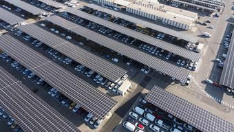 Solarzellen über Parkplätzen: So stellt sich Axpo die Zukunft vor.