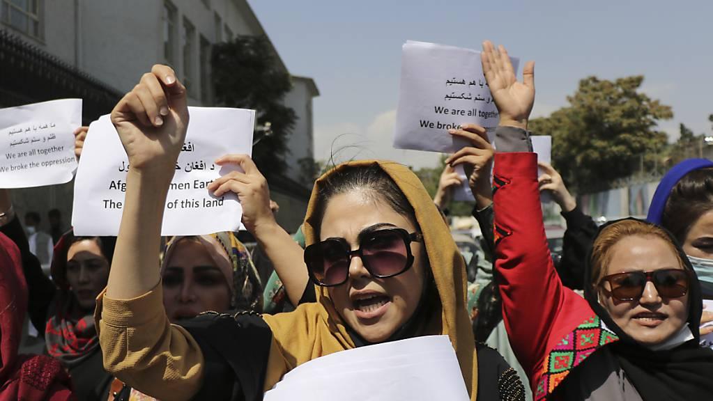 Frauen versammeln sich zu einer Demonstration, um ihre Rechte unter der Taliban-Herrschaft einzufordern.