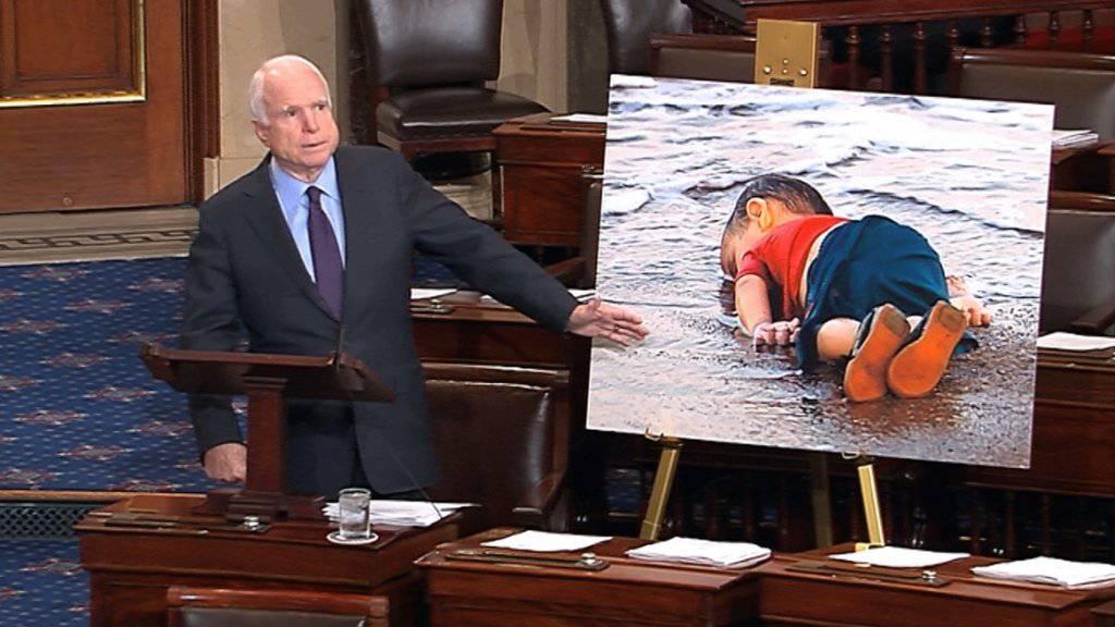 Das berühmtgewordene Bild des ertrunkenen Flüchtlingsjungen, hier von US-Senator John McCain präsentiert, hat die Debatte über Flüchtlinge auf Twitter beeinflusst. (Archivbild)