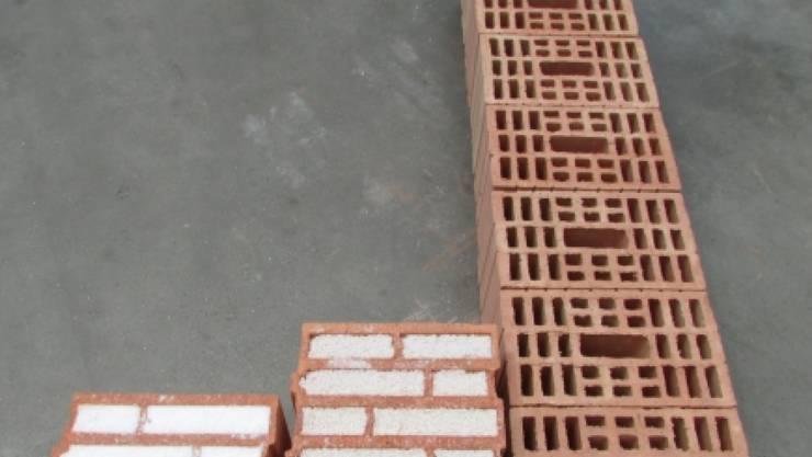 Der Aerobrick (links) im Vergleich mit Perlit-Ziegelstein (Mitte) und nicht-isolierenden Ziegeln (rechts): Gleiche Dämmung, dünnere Mauer.