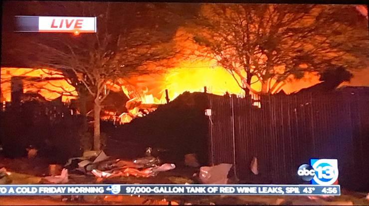 Ersten Angaben von Einsatzkräften zufolge ereignete sich die Explosion in einem grossen Gebäude.