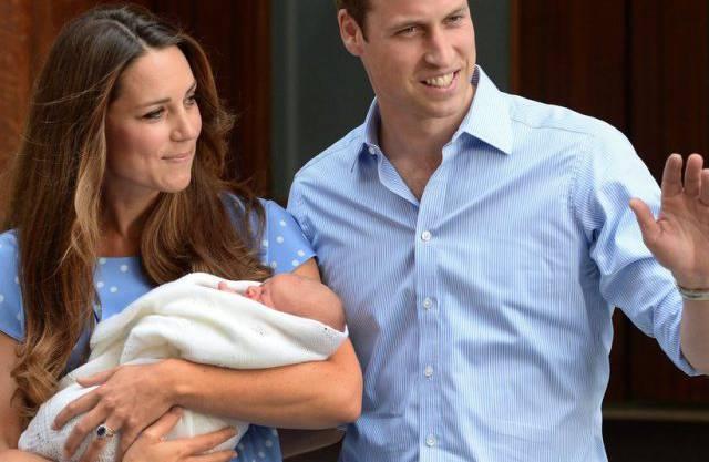 Die stolzen Eltern verlassen am 23.Juli 2013, einen Tag nach Georges Geburt, das St. Marys Spital.