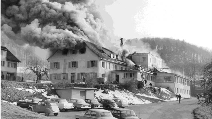 Dicke Rauchschwaden steigen am 22.März 1966 aus dem Dachstuhl des Bad Ramsach empor. zVg/Baselbieter Staatsarchiv