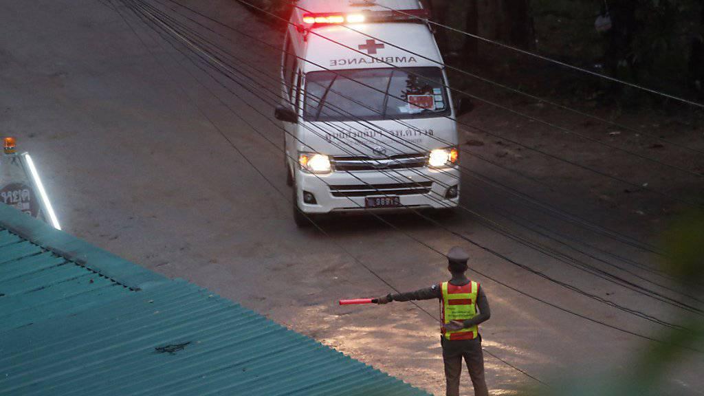 Einer der Ambulanzwagen, der die Geretteten weiter zur medizinischen Pflege transportiert.