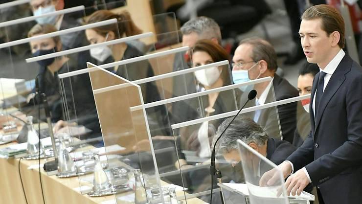 dpatopbilder - Sebastian Kurz (ÖVP,r), Bundeskanzler von Österreich, spricht im Rahmen einer Sondersitzung des Nationalrates zum Terroranschlag im Parlamentsausweichquartier in der Wiener Hofburg. Foto: Herbert Neubauer/APA/dpa