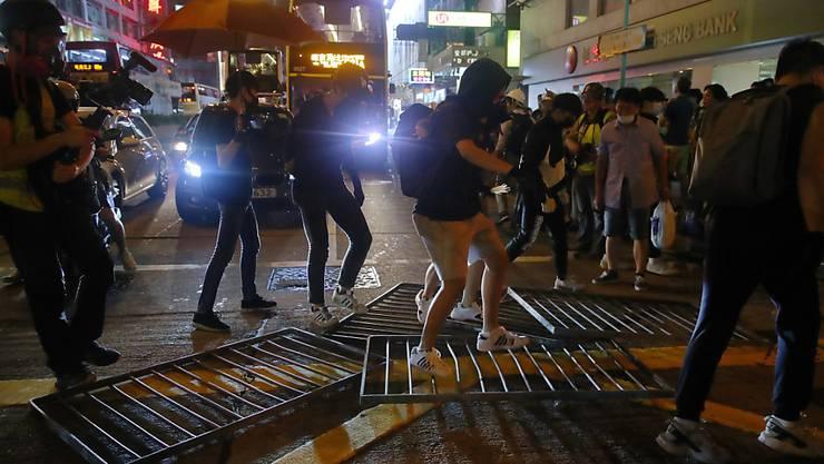 Prodemokratische Regierungskritiker stellten Metallbarrieren nahe dem Chung Yeung Fest auf, an dem der Toten gedacht wird, um die Polizei fernzuhalten.