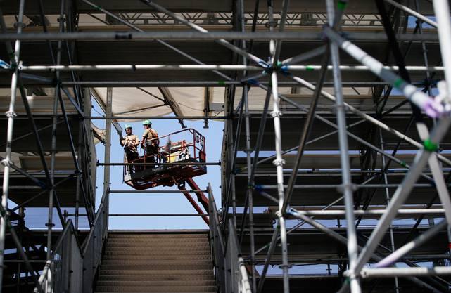 Die Aufbauarbeiten in der Arena eine Woche vor dem Eidgenössischen Schwing- und Älplerfest in Zug.