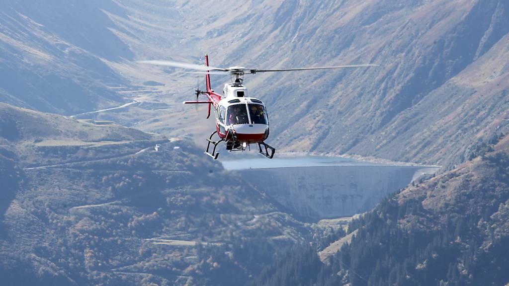 Ein Helikopter im Anflug im Gebiet Oberalppass: Der umstrittene Landeplatz in Andermatt bleibt bestehen. (Archivbild)
