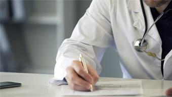 Die Untersuchung zur Chefarzt-Affäre soll nicht eingestellt werden. Die Geschäftsprüfungskommission ist mit den Antworten der Regierung nicht einverstanden. (Symbolbild)