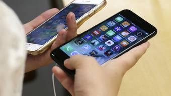 Warten aufs neue Modell? Apple hat im vergangenen Quartal weniger iPhones verkauft. (Archivbild)
