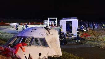 Über 750 Einsatzkräfte kümmerten sich bei der Katastrophen-Übung am Flughafen Genf um Verletzte und Tote. Diese wurden von 150 Statisten verkörpert (Keystone/Jean-Christophe Bott)