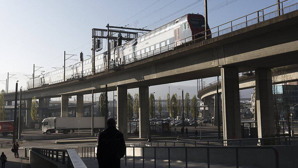 Bahn- und Bustickets werden etwas günstiger. Grund ist die Senkung der Mehrwertsteuer. (Archivbild)