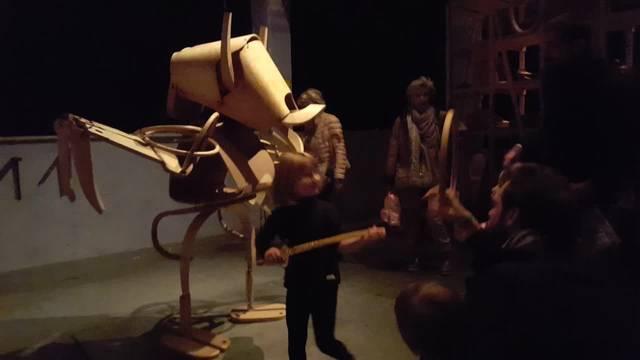 Horgenglarus ist mit Holzfiguren am Designers' Saturday präsent. Besucher können einzelne Körperteile bewegen.
