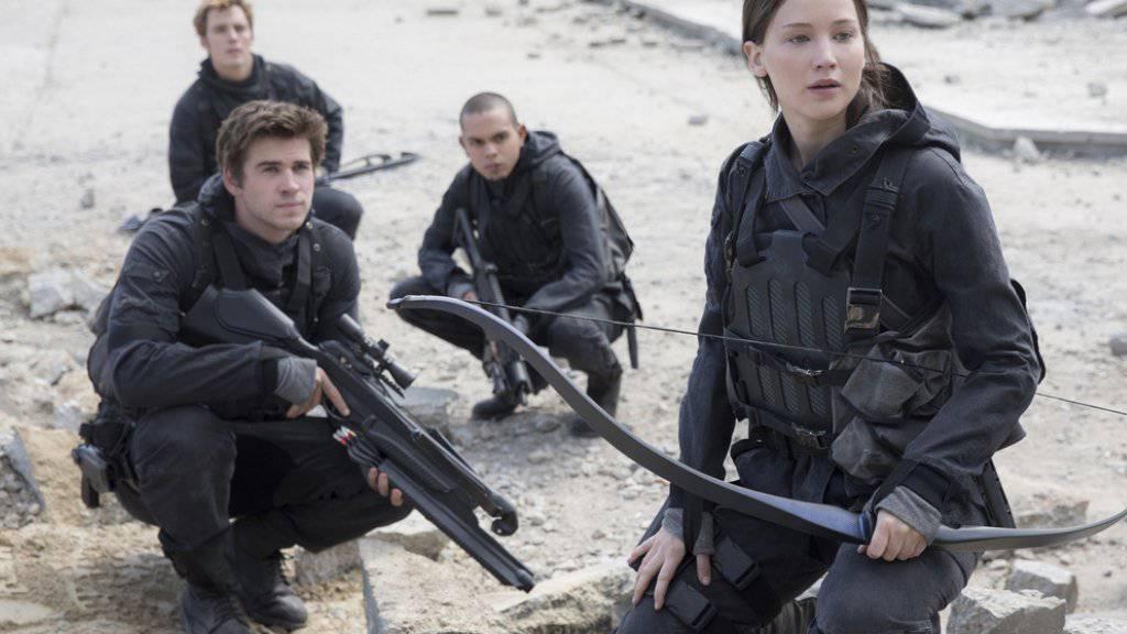 V.l.n.r.: Liam Hemsworth, Sam Clafin, Evan Ross und Jennifer Lawrence in «The Hunger Games: Mockingjay - Part 2». In Nordamerika  hatte der Abschlussfilm der  «Tribute von Panem»-Reihe einen vergleichsweise schlechten Start (Archiv).