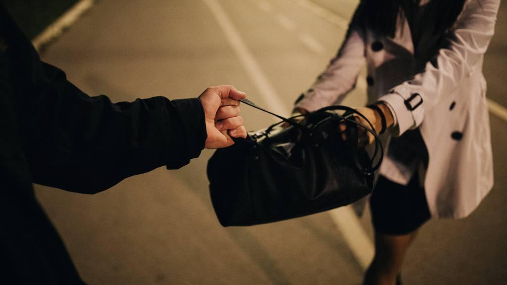 Zwei Unbekannte haben am frühen Montagmorgen in Tägerwilen eine Frau bestohlen. (Symbolbild)