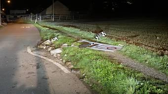 Auf einer Nebenstrasse bei Hausen fuhr ein Autofahrer am Samstagabend eine Verkehrstafel um.