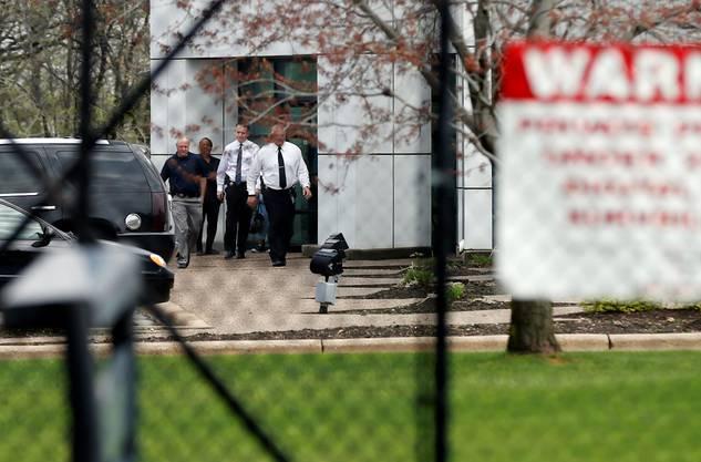Behörden-Mitarbeiter vor den Paisley Park Studios, dem Wohnsitz des verstorbenen Popstars Prince.