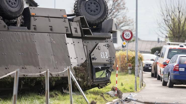 Die Bergung des tonnenschweren Fahrzeuges dürfte mehrere Stunden in Anspruch nehmen.