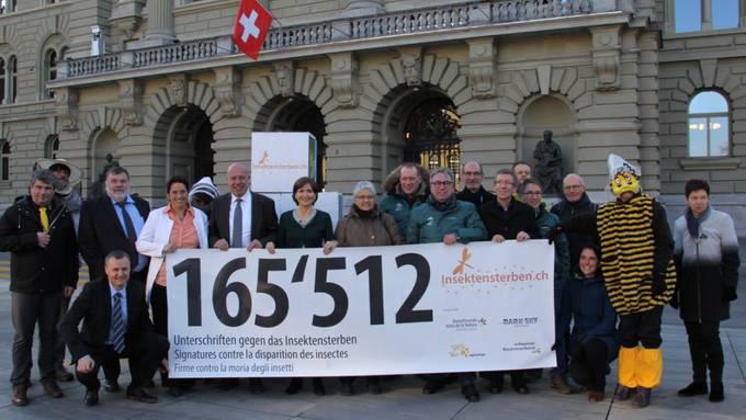 Die Initianten bei der Übergabe der Petition vor dem Bundeshaus.