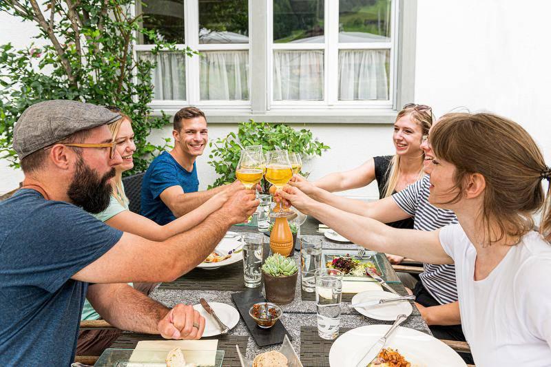 Bei der kulinarischen Wanderung wird man in drei verschiedenen Restaurants verwöhnt. (Bild: zVg)