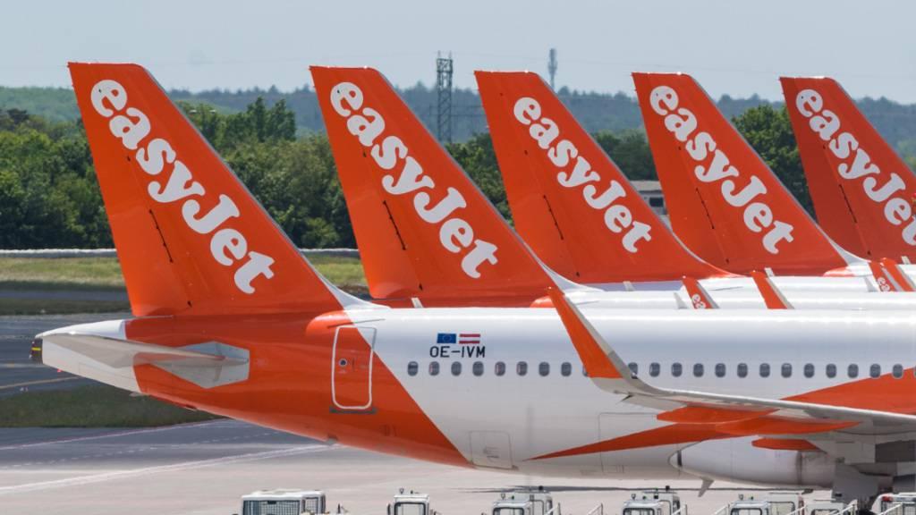 Es stehen schon viele Flugzeuge der Fluggesellschaft EasyJet am Boden. (Archivbild)