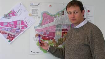 Bauverwalter Oliver Lovisetto zeigt auf dem Zonenplan das Quartier West, links der Detailplan.